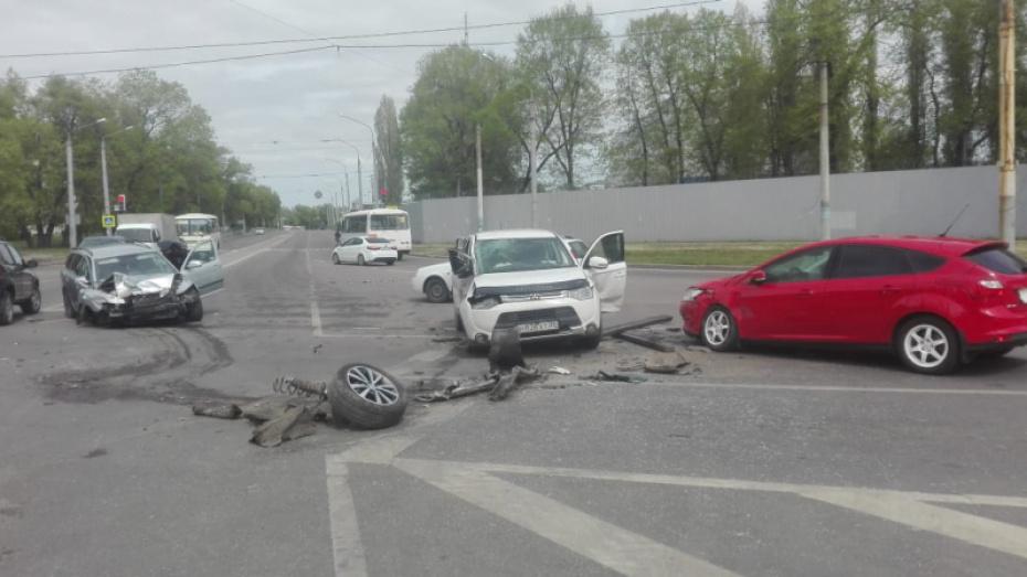 При столкновении 3 иномарок в Воронеже погибла 64-летняя женщина