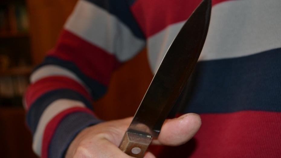 В Воронеже незнакомец проводил женщину до дома и напал на нее с ножом