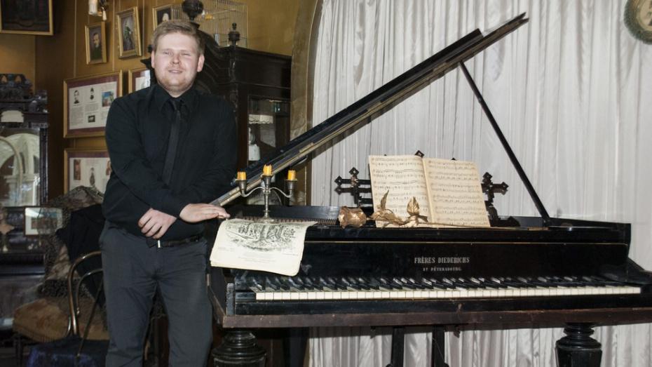 Лискинец подарил музею 144-летний рояль
