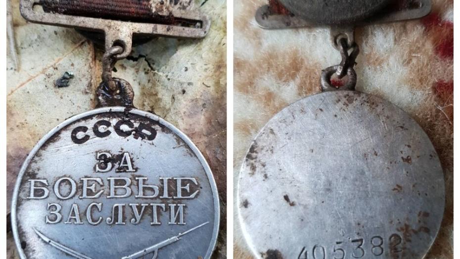 Белорусские поисковики обнаружили медаль красноармейца из Боброва