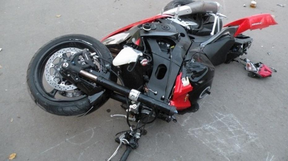 В Воронеже мотоциклист сбил 17-летнего юношу на «зебре» и уехал
