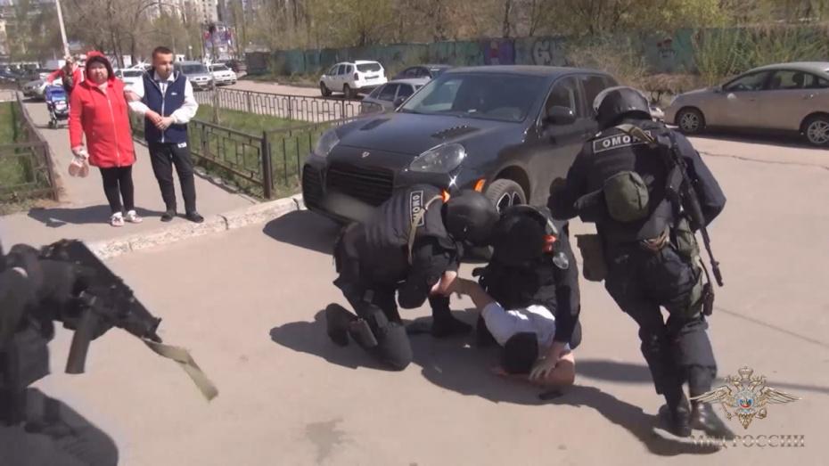 На видео попало задержание пособника нелегальных мигрантов в Воронеже