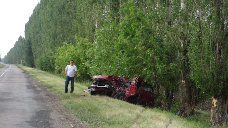 Два человека насмерть врезались в дерево на «ВАЗе» в Воронежской области