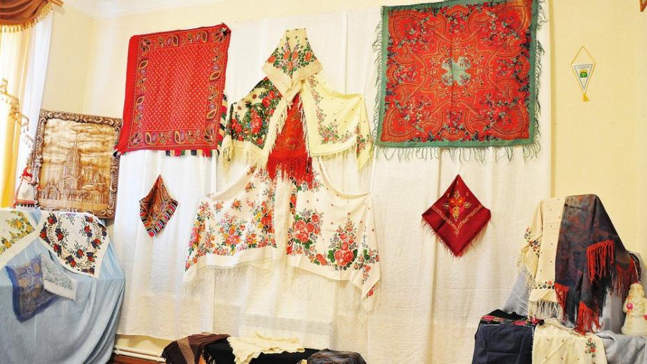 В Бутурлиновском краеведческом музее открылась выставка женских платков