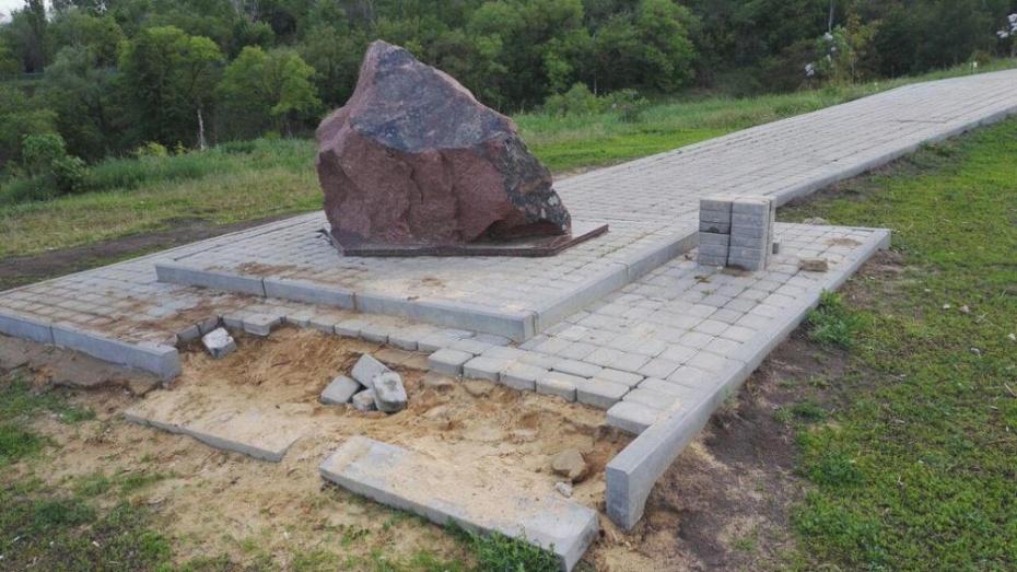 В Семилуках вандалы украли плитку у памятного камня поэту Валентину Сидорову