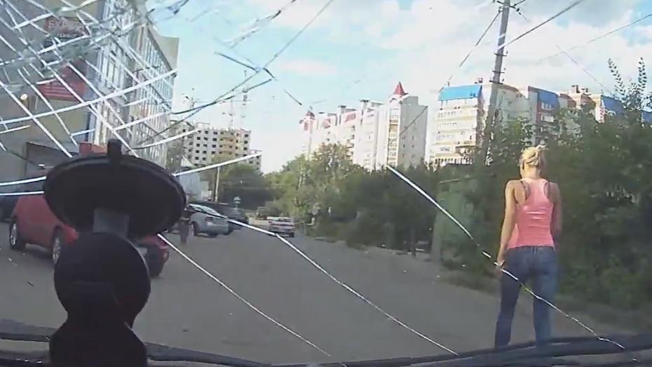 ВВоронеже дело разбившей стекло чужой машины блондинки дошло досуда