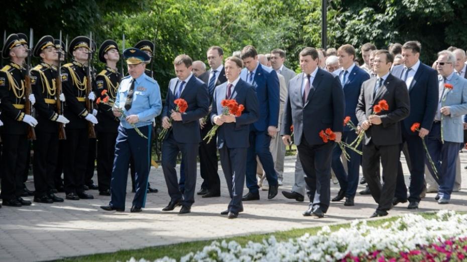 Воронежский губернатор возложил цветы к могиле Неизвестного солдата
