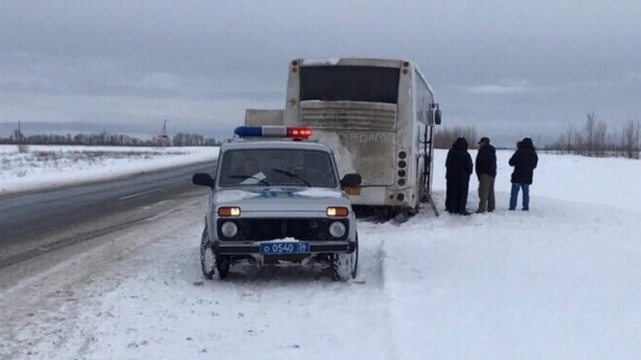 Полицейские помогли 20 пассажирам сломавшегося автобуса незамёрзнуть натрассе под Воронежем