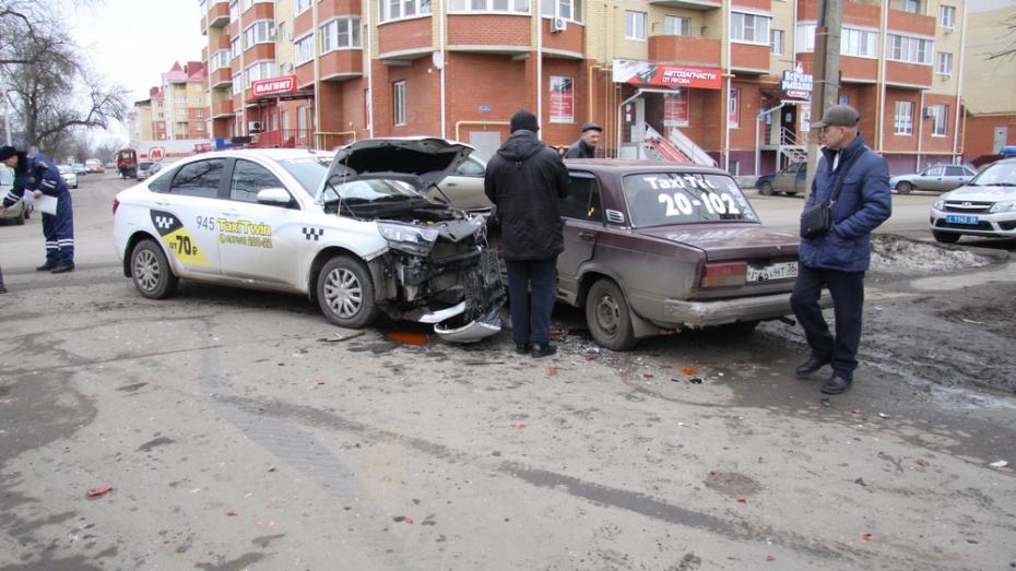 В Боброве при столкновении 2 такси и иномарки пострадал подросток
