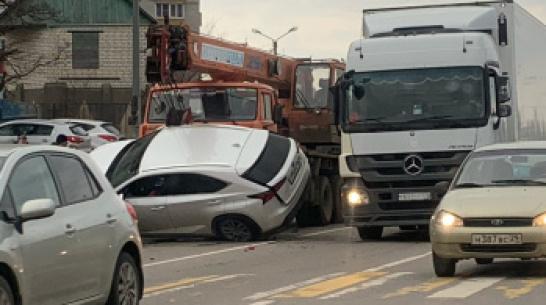 В Воронеже на видео сняли, как автокран после ДТП «поймал» Lexus