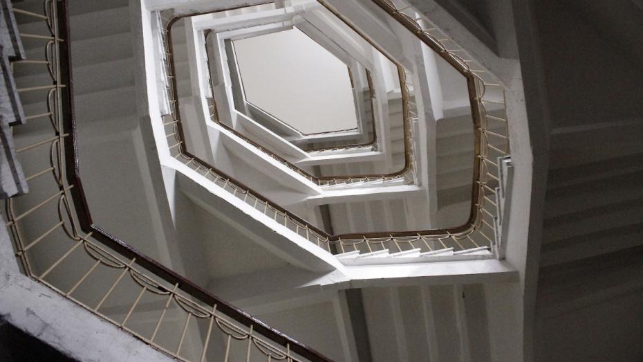 В Воронеже младенец упал с лестницы в частном доме