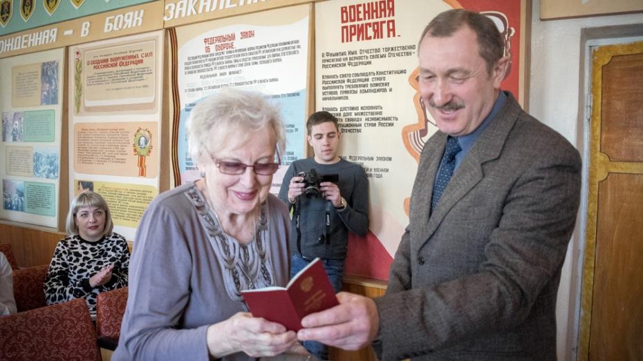 В Лисках дочери погибшего фронтовика вручили удостоверение к ордену Красной Звезды