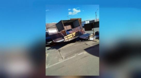 На воронежском рынке ветер повалил торговый павильон на машины