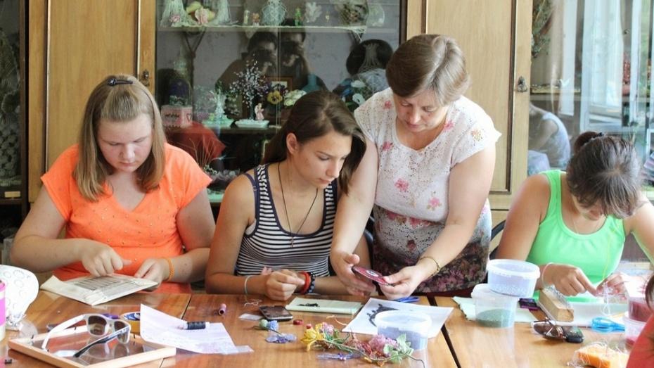 Воспитанники Таловского детско-юношеского центра переоформили его интерьер