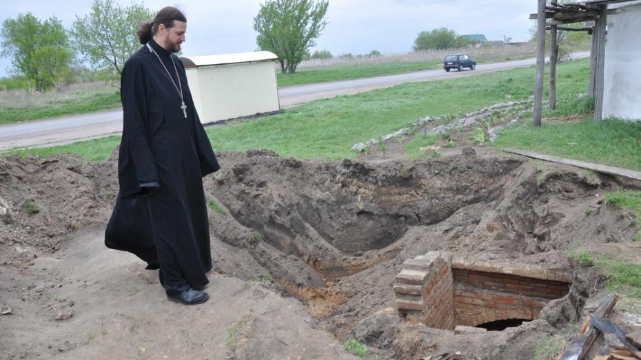 В Павловском районе на территории храма нашли старинный склеп