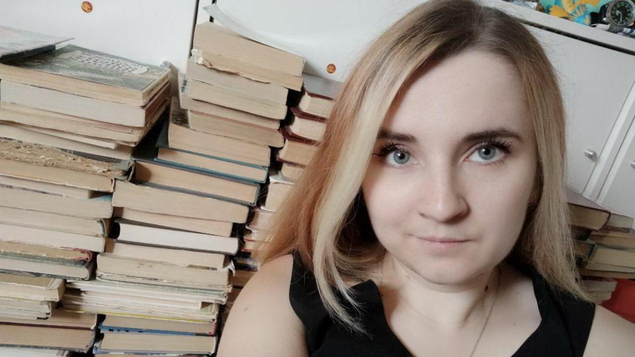 Эксперимент РИА «Воронеж». Расхламление с книгой в руках