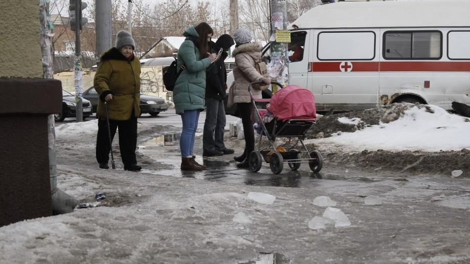 Воронежскую пенсионерку госпитализировали после падения глыбы льда у остановки
