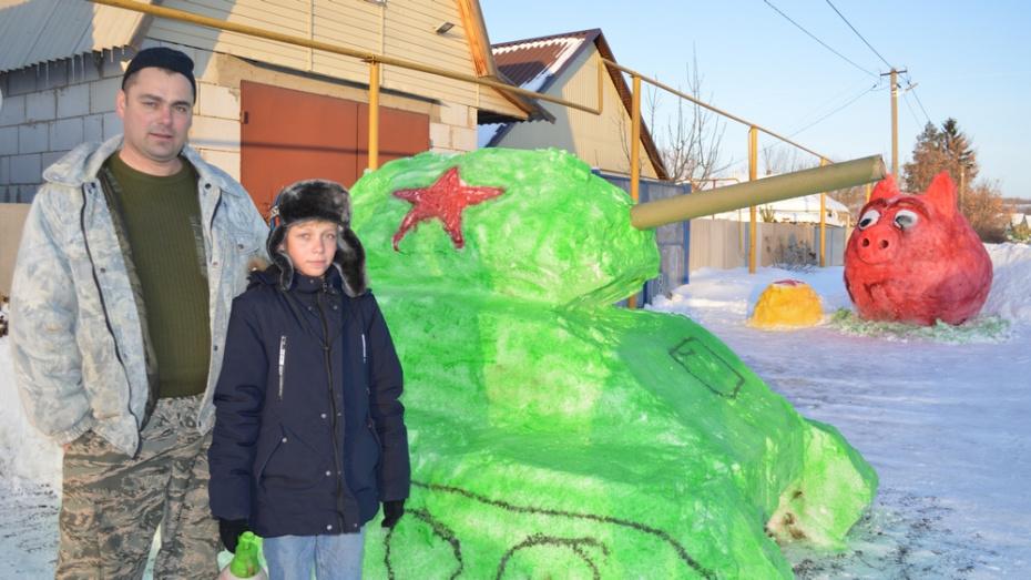 Семья из Подгоренского района вылепила из снега 2-метровый танк