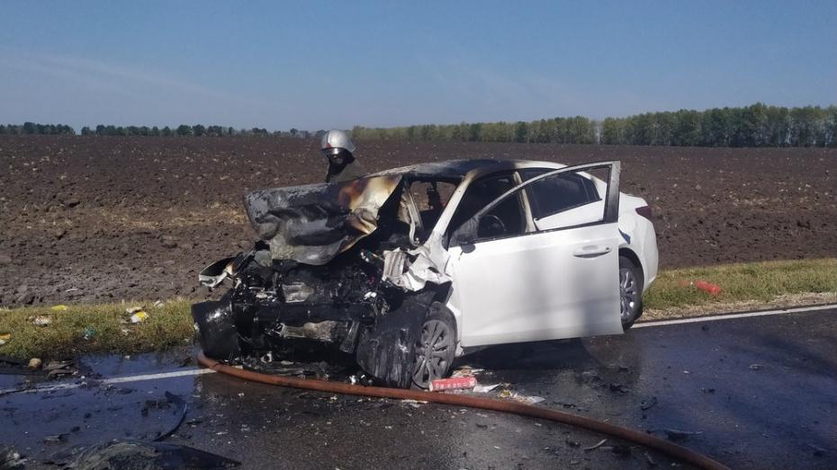 Машина загорелась после столкновения легковушек под Воронежем: погиб 1 человек