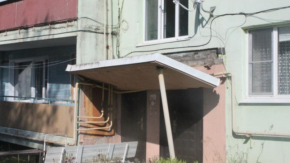 В Панино обрушился козырек над подъездом трехэтажного дома