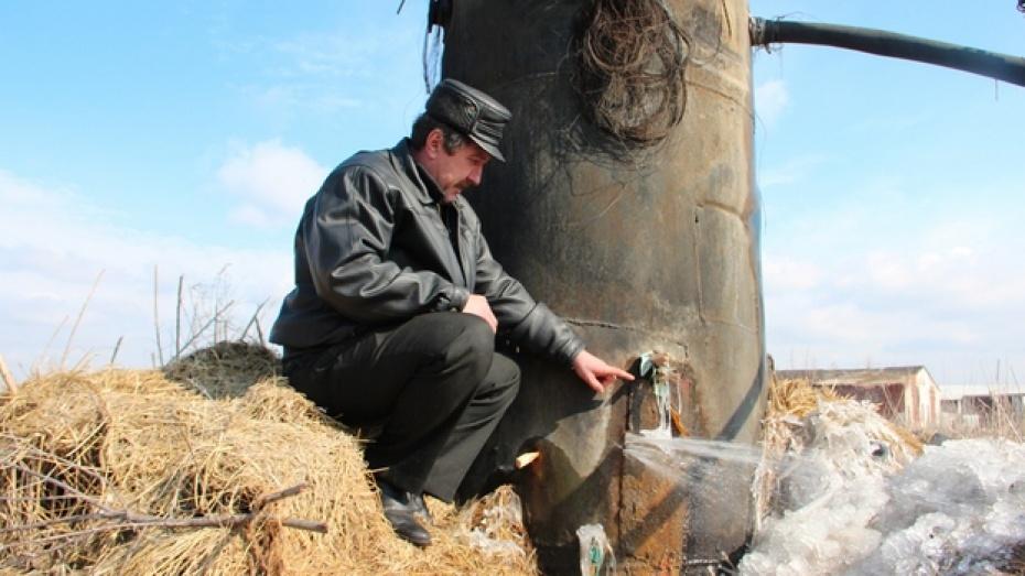 Чтобы добыть воду, жители Новоусманского поселка в морозы отогревают водонапорную башню кострами