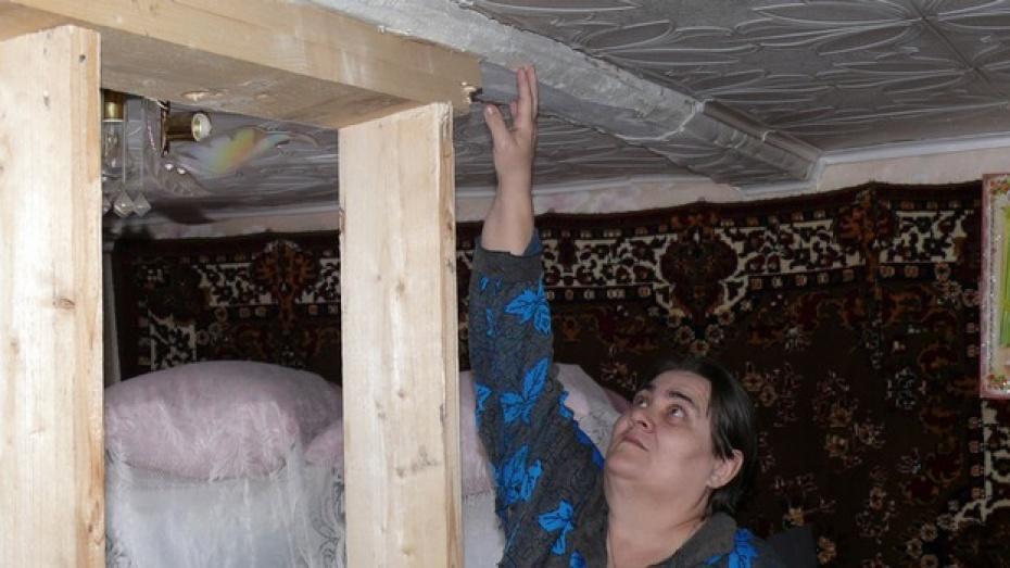 В Верхнемамонском районе женщина с сыном-инвалидом живет в доме, который в любой момент может рухнуть