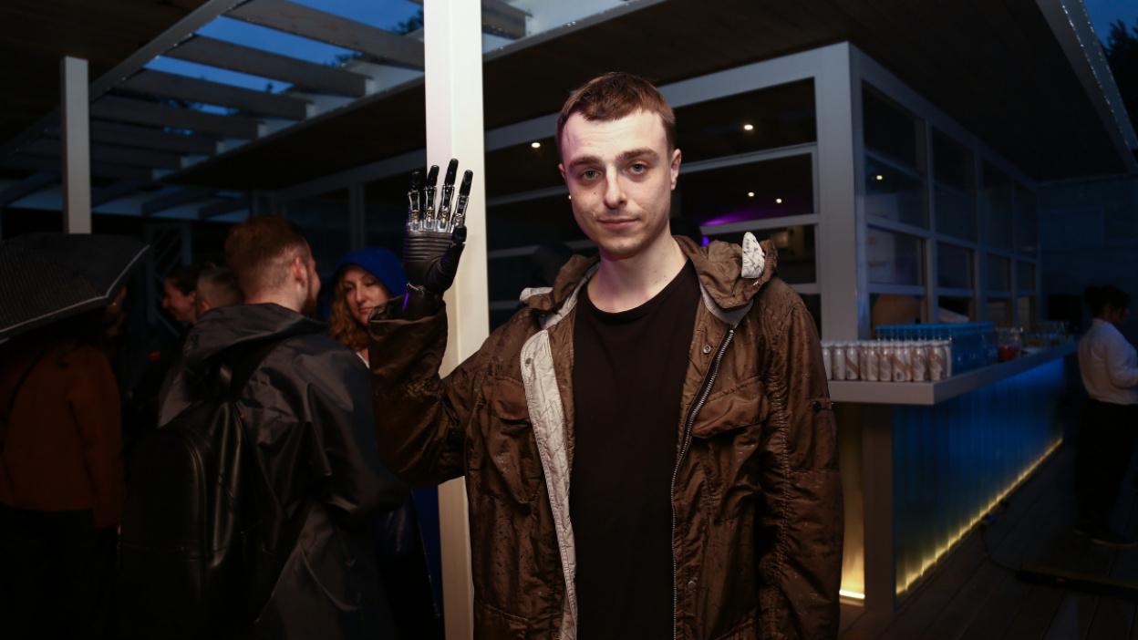 Смелый жест. Как воронежец с протезами рук оказался на съемках сериала «Толя  Робот»