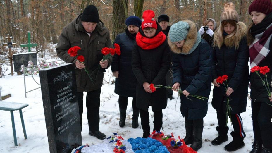 В лискинском хуторе Подлесный на могиле трех неизвестных разведчиков установили памятник