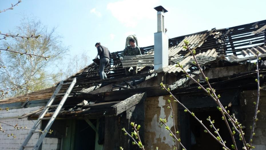 Лискинские пожарные помогли восстановить крышу дома одинокой пожилой учительнице