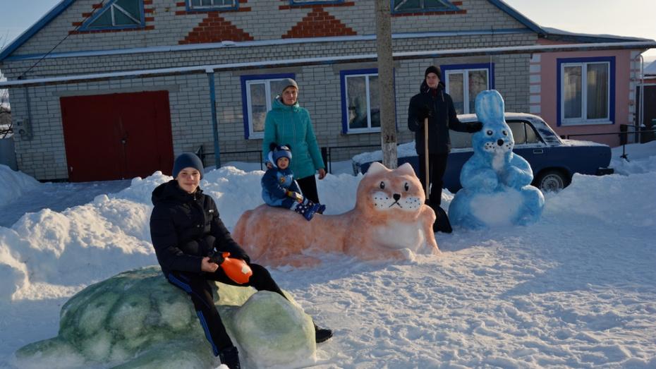 Семья из Россошанского района слепила из снега 1,5-метрового зайца
