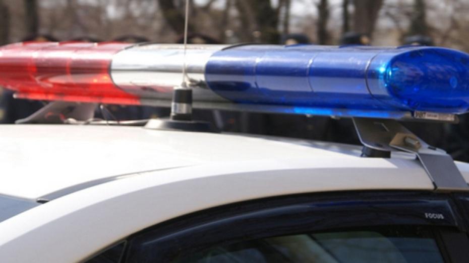 Автоинспекторы выручили дальнобойщика, застрявшего на трассе из-за снегопада