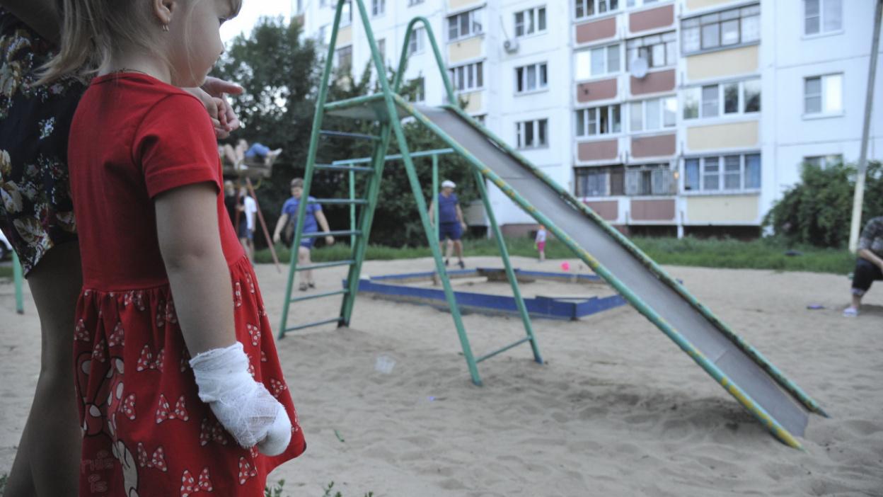 Пришлось накладывать швы. В Воронеже 4-летняя девочка повредила руку на детской горке