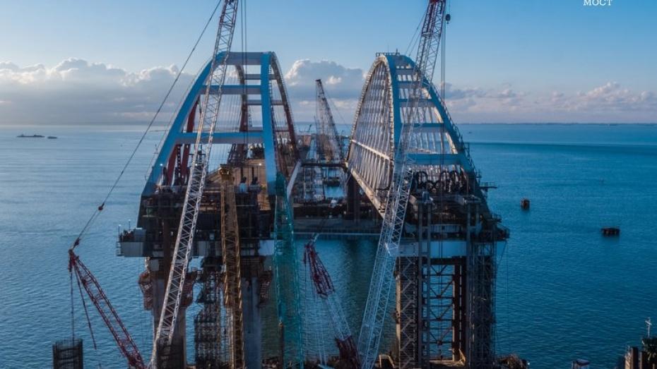 Монтаж 2-ой арки Керченского моста остановил движение судов впроливе