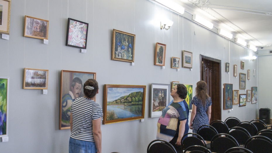 Лискинцев пригласили на выставку картин местных художников