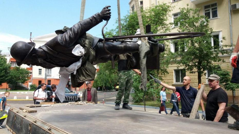 В Воронеже начали установку памятника Вильгельму Столлю