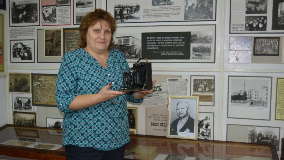 Россошанец подарил краеведческому музею старинный фотоаппарат-гармошку