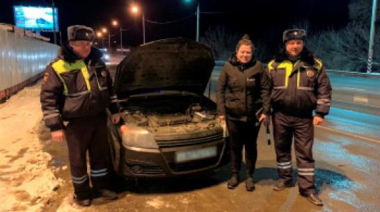 В Воронежской области сотрудники ГИБДД спасли замерзавшую автомобилистку