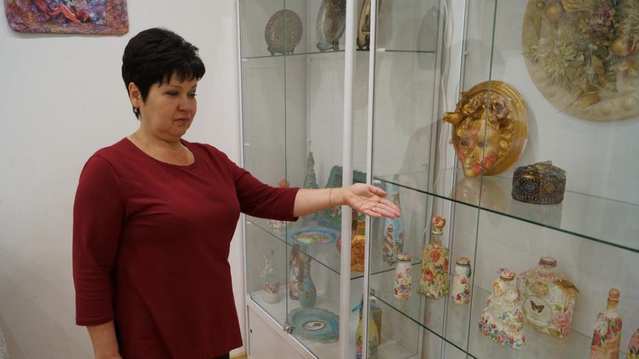 В Хохольском районе открылась выставка репьевской мастерицы