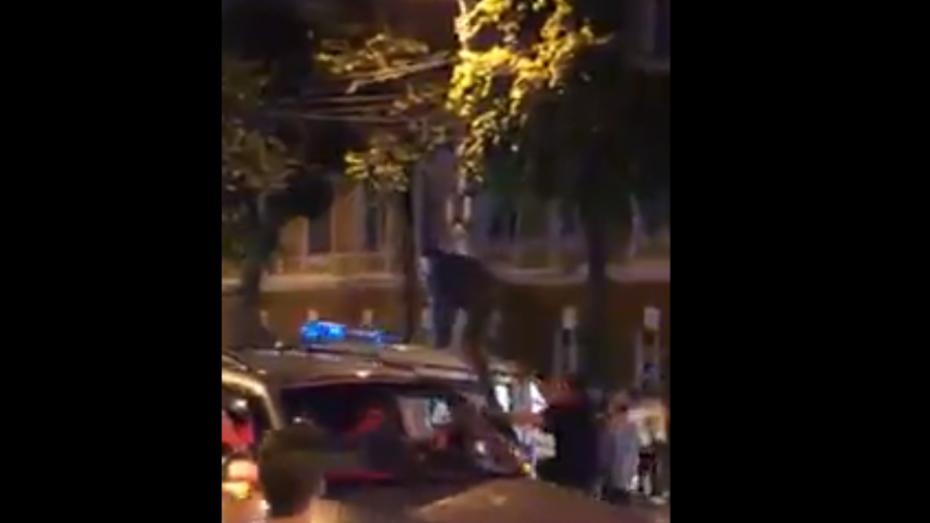 Избиение футбольных фанатов полицейскими в Воронеже попало на видео
