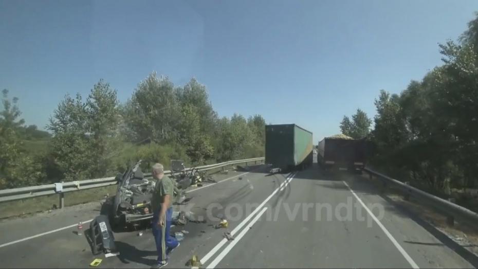 В Сети появилось видео с места ДТП с оторвавшимся прицепом Mercedes в Воронежской области