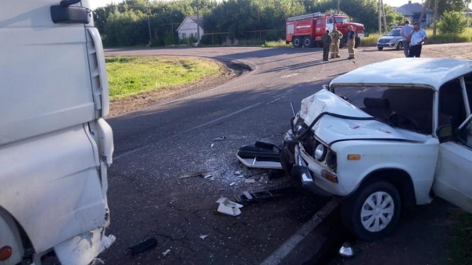 В Поворинском районе при столкновении большегруза и ВАЗа погиб 49-летний мужчина