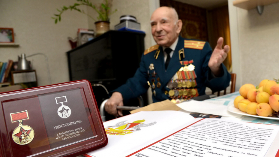 В Воронеже освободителя Севастополя наградили памятным знаком-медалью
