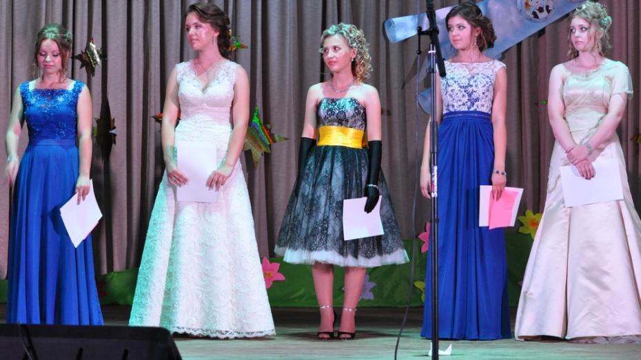 Школы Репьевского района выпустили 15 медалистов