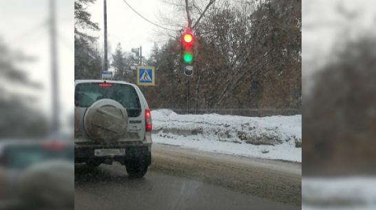 Очевидцы: в Воронеже светофор 3 дня выдает зеленый и красный свет сразу