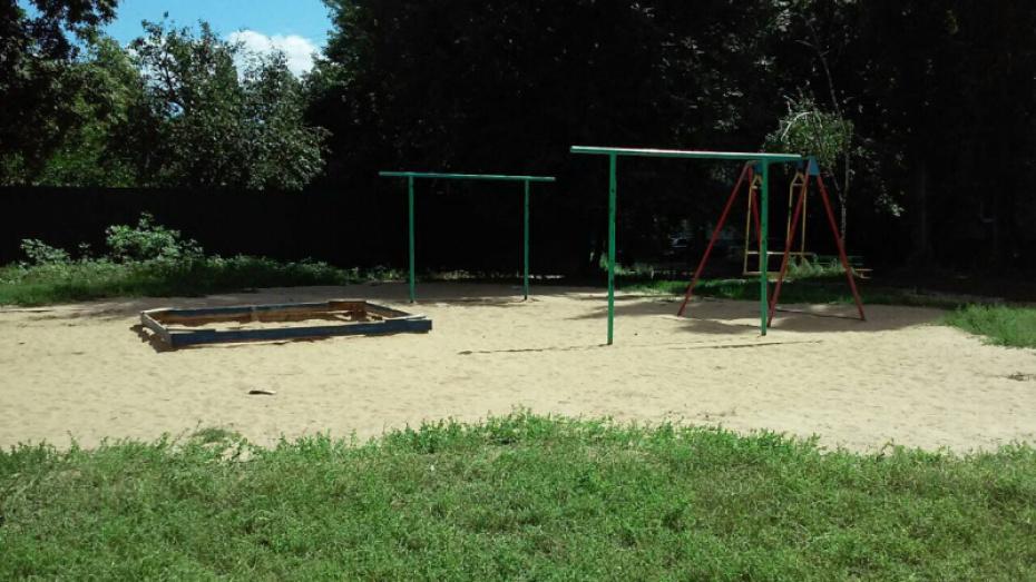 В Грибановском районе нашли нарушения на 2 детских площадках