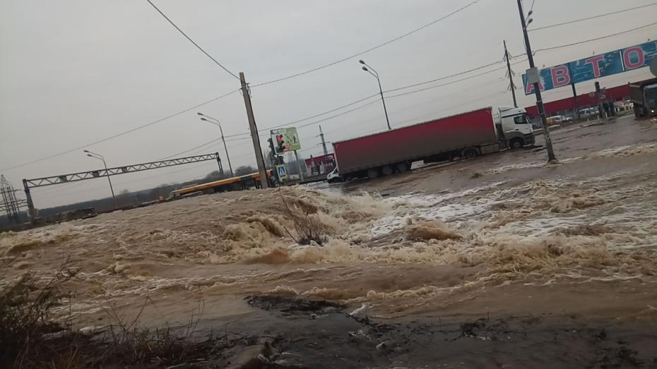 В Воронеже улицу Антонова-Овсеенко подтопило из-за коммунальной аварии