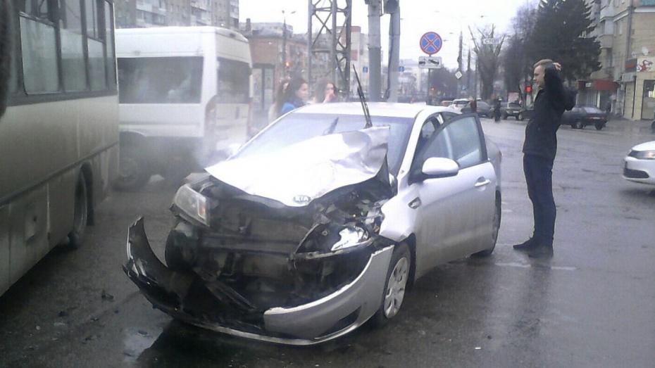 Вцентре Воронежа столкнулись Киа имаршрутка: собирается серьезная пробка