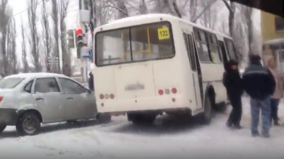 Последствия массового ДТП с участием маршрутки в Воронеже попали на видео