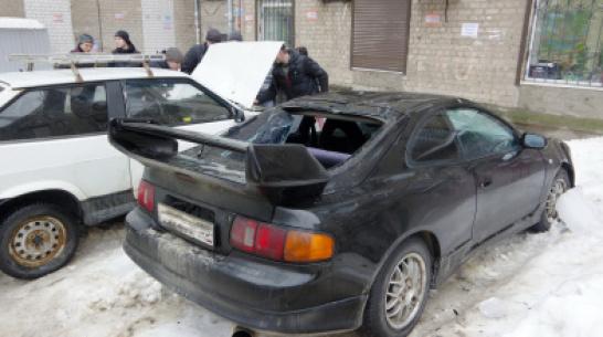 «На улицу выйти страшно». В Воронеже сосульки разбили 6 автомобилей во дворе пятиэтажки