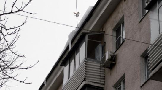 В Воронеже лед упал на голову женщине